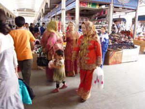市場にいるウイグル族の女性