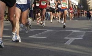 マラソンをする大勢の人